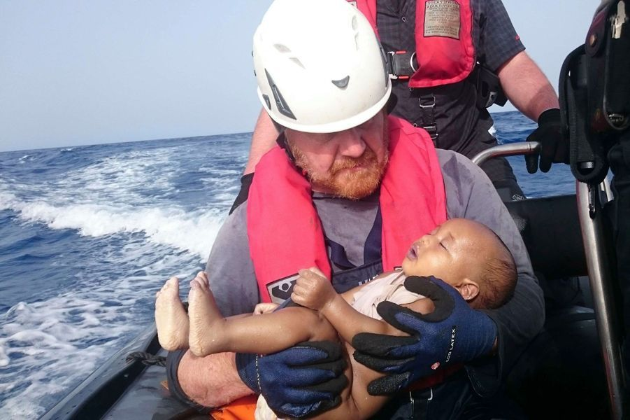 Un bébé est secouru aux larges des cotes de la Libye, le 27 mai 2016.