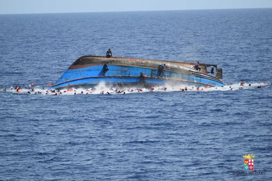 Une embarcation de réfugiés se retourne au large de la Libye. Les gardes-cotes italiens vont leur venir en aide. Photo prise le 25 mai 2016.