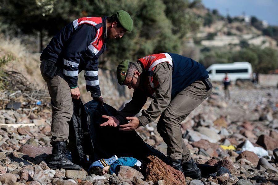 Un gendarme turc exprime sa colère après la découverte du corps d'un enfant mort, dans la région de Bademli. Photo prise le 30 janvier 2016.