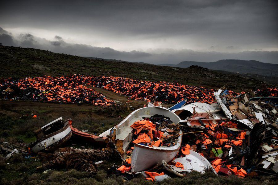 Gilets de sauvetage et embarcations laissés derrière eux par des migrants. Photo prise à Mithimna, en Grèce, le 19 février 2016.