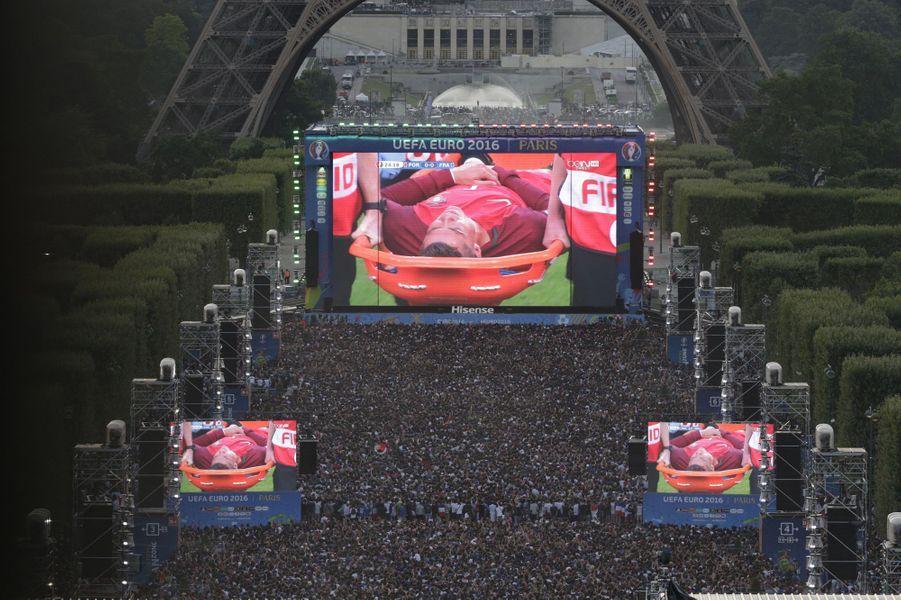 Cristiano Ronaldo à terre, lors de la finale de l'Euro de football le 10 août dernier. Le Portugal remportera l'épreuve. Photo prise du Champs-de-Mars à Paris.