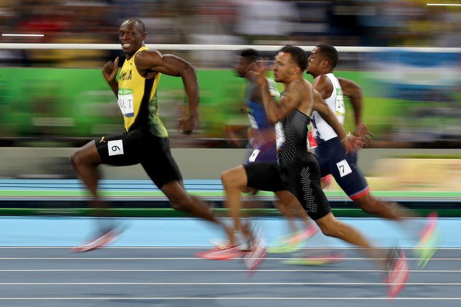 Le Jamaïcain Usain Bolt regarde ses adversaires lors de la demi-finale du 100 mètres des Jeux Olympiques. Photo prise le 14 août 2016.