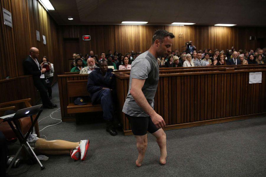L'athlète handicapé sud-africain Oscar Pistorius tente d'émouvoir les juges sans ses prothèses lors de son procès pour le meurtre de sa compagne, le 15 juin 2016.