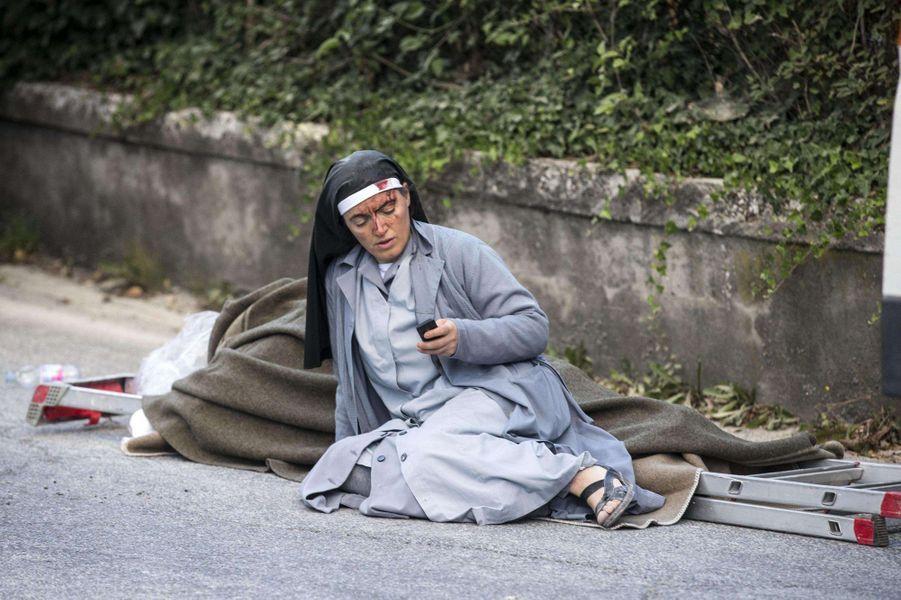 Une nonne ensanglantée après le tremblement de terre à Amatrice, en Italie, le 24 août 2016.