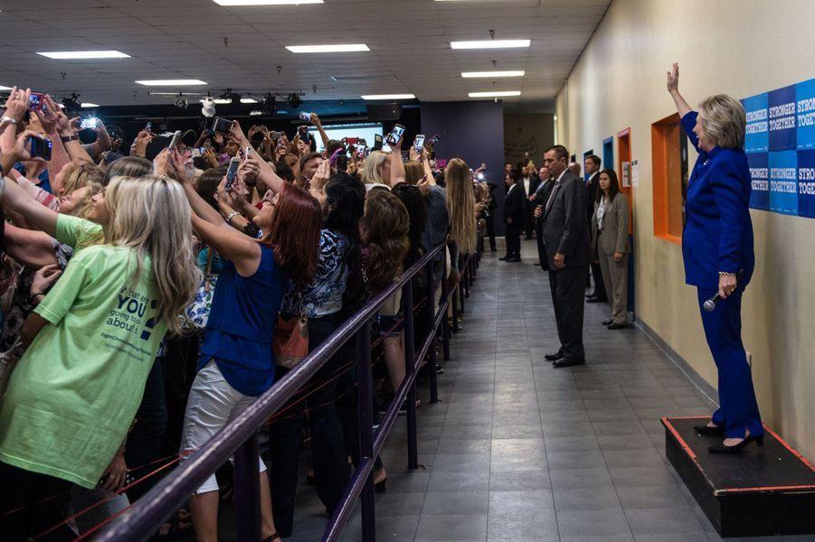 Hillary Clinton en campagne n'échappe pas à la mode des selfies.