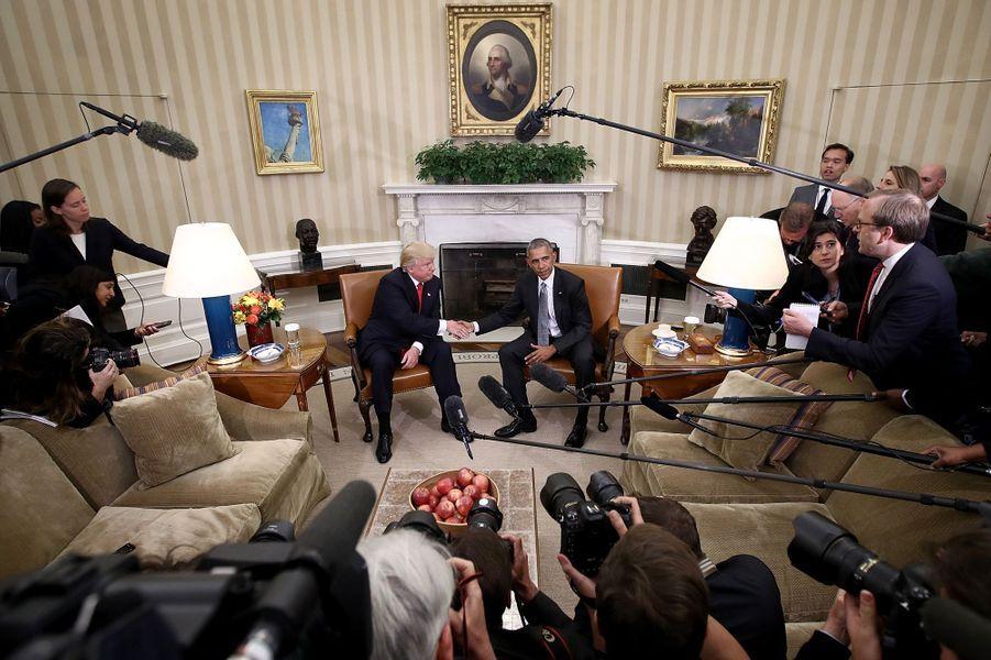 La poignée de mains entre Donald Trump et Barack Obama dans le bureau ovale de la Maison Blanche, à Washington, le 10 novembre 2016 après l'élection du premier nommé.