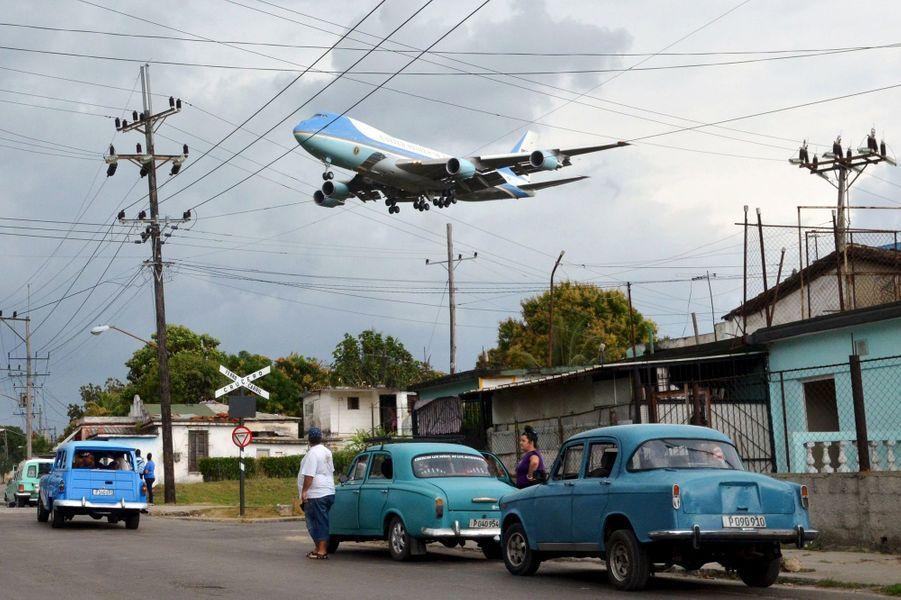 L'avion Air Force One de Barack Obama frôle les habitations de La Havane, à Cuba, le 20 mars 2016.