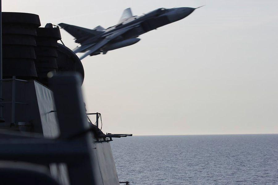 Un avion russe frôle un navire de la Navy, le 12 avril 2016.