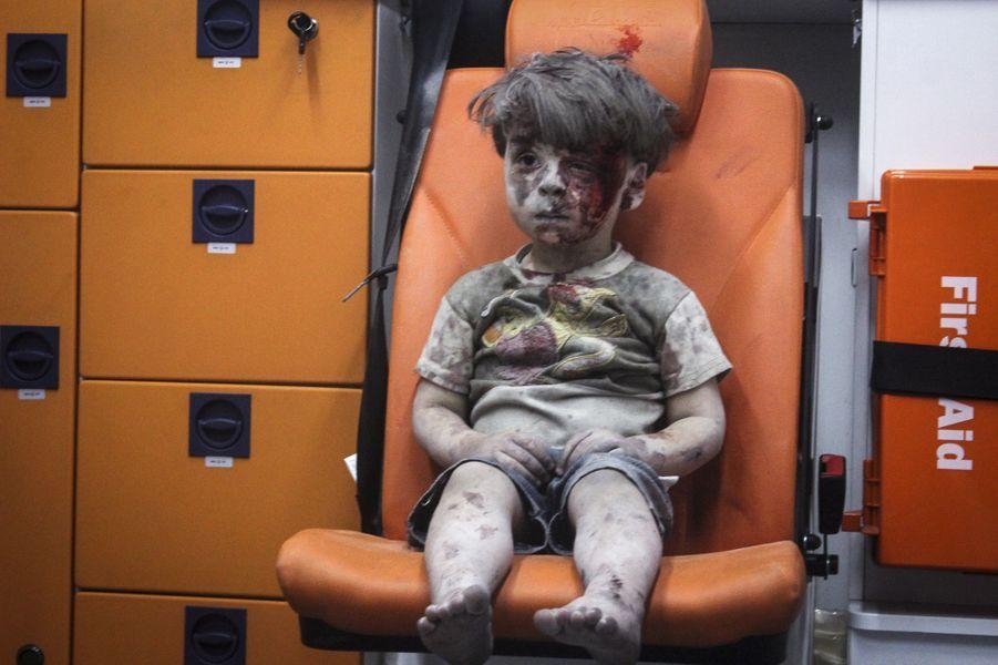 Agé de cinq ans, l'enfant syrien Omran Daqneesh est hébété et gravement blessé après un bombardement à Alep, en Syrie, le 17 août 2016.