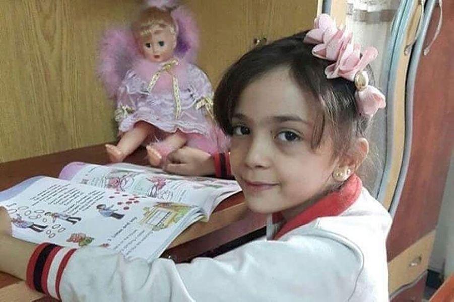 Photo de la petite syrienne Bana al-Abed, qui, à 7 ans, vit à Alep-Est. Son compte Twitter est devenu l'un des symboles de la ville. Elle raconte sa vie quotidienne sous les bombes, le manque d'eau, de nourriture, de médicaments....