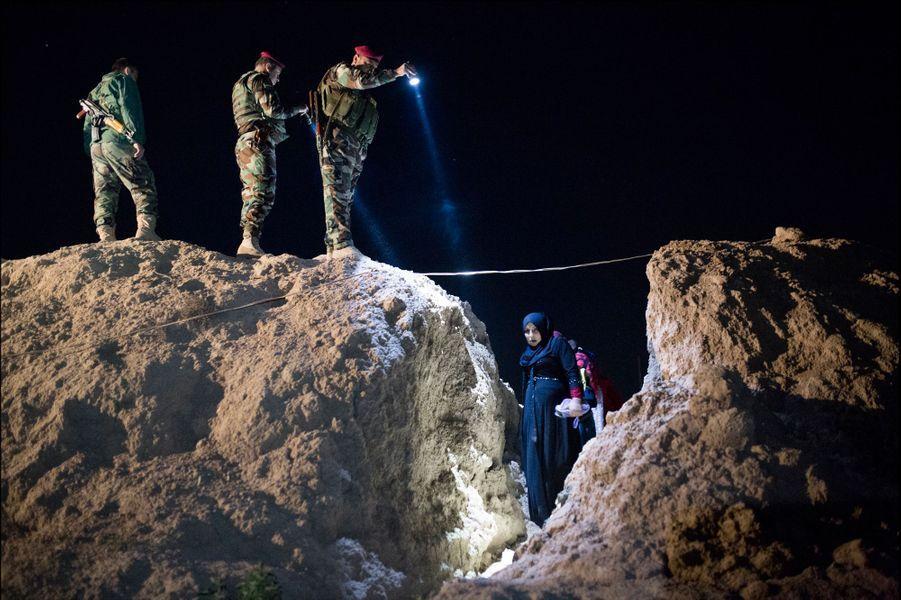 """Kurdistan Irakien, Doogrdkan, au sein de la position tenue par les forces peshmerga, défendant la ligne du front de Mossoul contre Daech, les hommes du Colonel Adham """"Banani"""" assurent la sécurisation et l'accueil des populations civiles sunnites qui fuient la région contrôlée par les islamistes pour venir se réfugier dans le Kurdistan Irakien. Photo prise le 19 avril 2016 à 56 km au sud de Mossoul."""