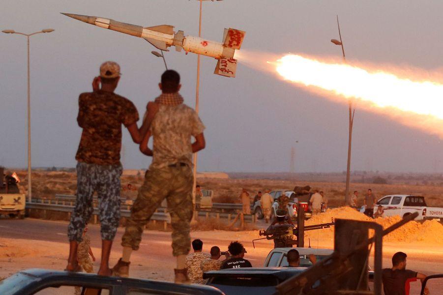 Des forces libyennes regardent des missiles à Sirte, en Libye, le 4 août 2016.