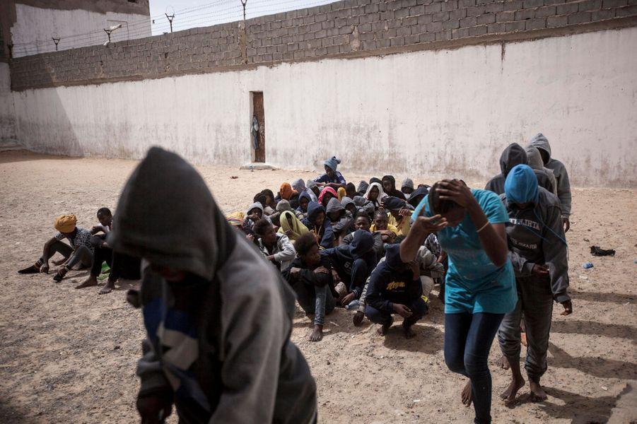De nombreux migrants et réfugiés, originaires pour la plupart d'Afrique subsaharienne, se retrouvent dans des réseaux de passeurs libyens qui leur font payer cher leur désir d'Europe. Photo prise le 13 juin 2016.