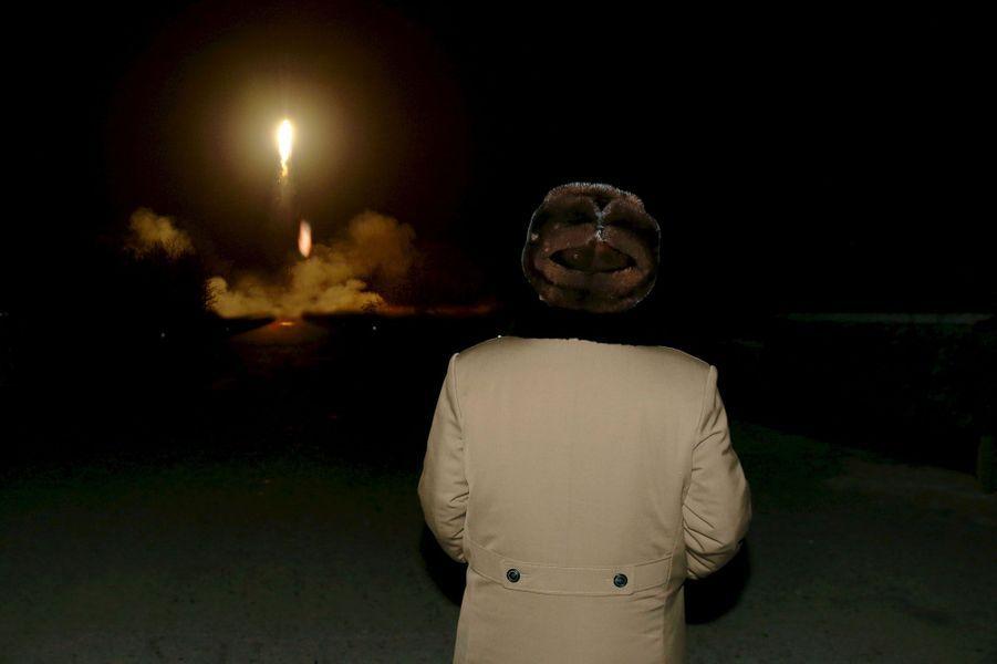 Le dictateur nord-coréen Kim Jong-un regarde le test de l'un de ses missiles.