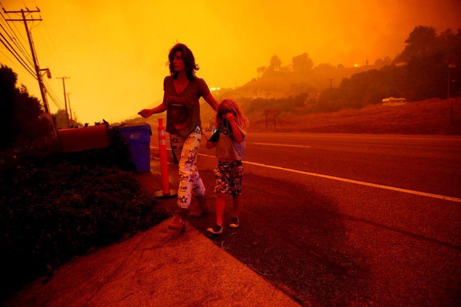 En Californie comme chaque année, les pompiers doivent affronter des incendies de plus en plus gigantesques et meurtriers alors que les populations civiles sont contraints de quitter les habitations.