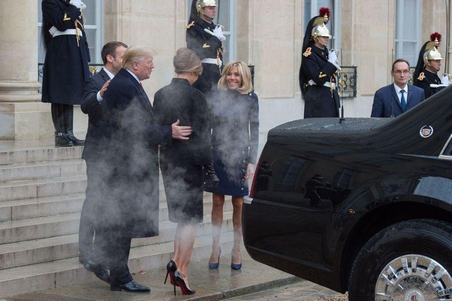 Le président des Etats-Unis Donald Trump, le président français Emmanuel Macron, Melania Trump et Brigitte Macron dans la fumée de la Cadillac, le 11 novembre 2018.