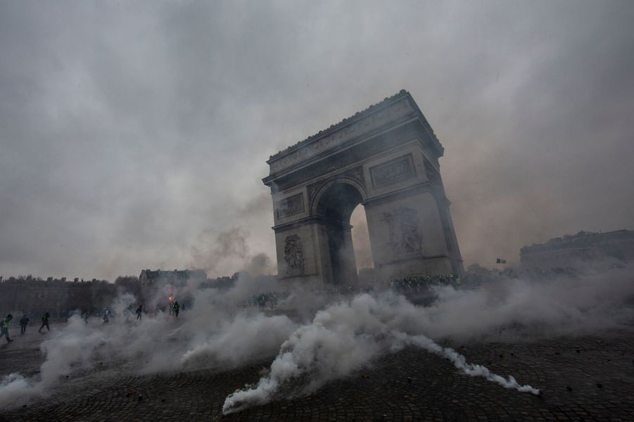 Clashs entre la police et les gilets jaunes à la place de l'Etoile à Paris le 1er décembre 2018.