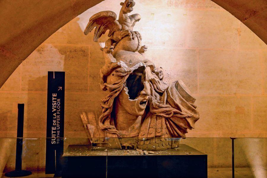 """Le moulage en plâtre de l'allégorie de la Victoire représentant le visage d'une femme portant un bonnet phrygien, une œuvre de François Rude, éborgnée par les casseurs. Les images des dégâts à l'intérieur de l'Arc de Triomphe lors des manifestations du mouvement des """"gilets jaunes"""" sur les Champs-Elysées à Paris, France, le 1er décembre 2018. Du petit matin, jusque tard dans la journée, des affrontements ont eu lieu entre les forces de l'ordre et des manifestants en gilets jaunes, au pied de l'Arc de Triomphe. Certains """"casseurs"""" ont réussi à pénétrer et à grimper jusqu'au sommet de l'édifice. L'Arc de Triomphe a été dévasté à l'intérieur, recouvert de nombreux graffitis sur ses façades et demeurera l'un des théâtres des affrontements les plus violents."""