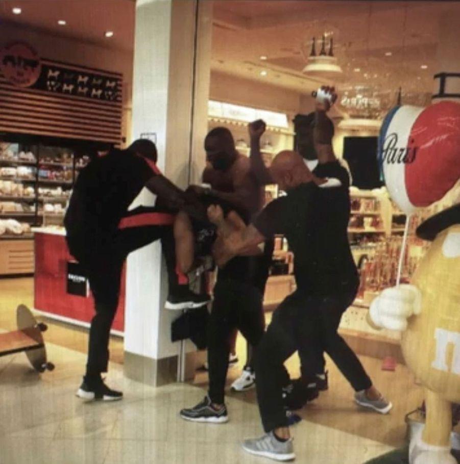 Affrontement entre Booba et Kaaris, deux rappeurs français, à coups de poings à l'aéroport d'Orly le 1er août 2018 : au coeur de la bagarre, Booba assène des coups avec un flacon de parfum.
