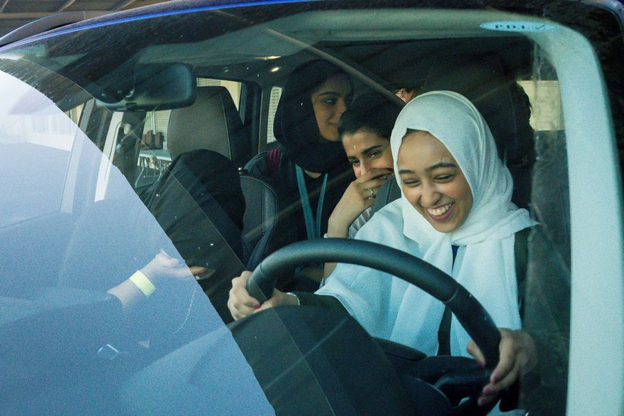 Une femme saoudienne s'exerce à la conduite d'une voiture.