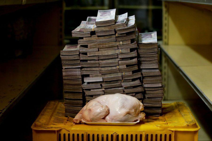 Un poulet de 2,4 kilos mis aux enchères au marché de Caracas, Venezuela, le 16 août 2018.