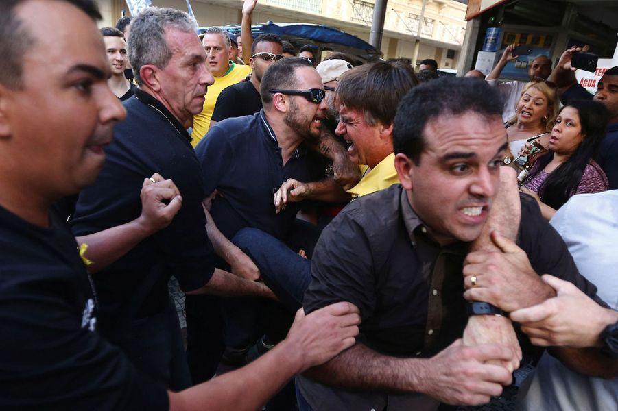 Jair Bolsonaro, futur président brésilien, poignardé le 6 septembre 2018 lors d'un bain de foule à Juiz de Fora.