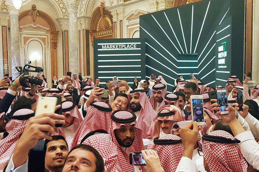 Le prince héritier d'Arabie saoudite Mohammed ben Salmane pose pour un selfie durant une conférence in Riyad en Arabie Saoudite, le 23 octobre 2018.