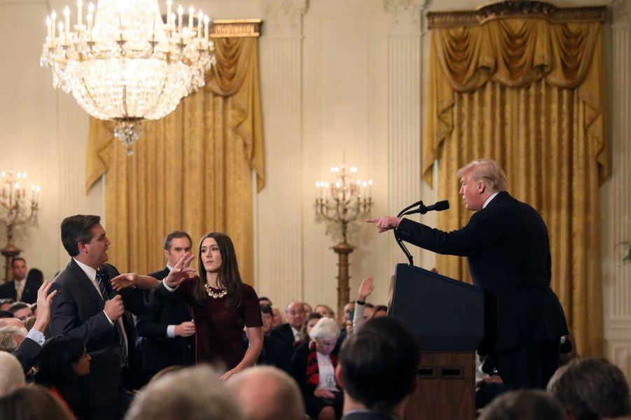 Un membre de la Maison Blanche tente d'enlever le micro au journaliste de CNN Jim Acosta durant une conférence de Donald Trump le 7 novembre 2018.