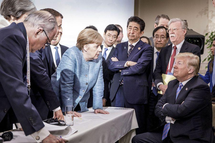 La chancelière allemande Angela Merkel parle au président américain Donald Trump durant le deuxième jour du sommet du G7, le 9 juin à La Malbaie, au Canada. Cette photo fera le tour du monde.