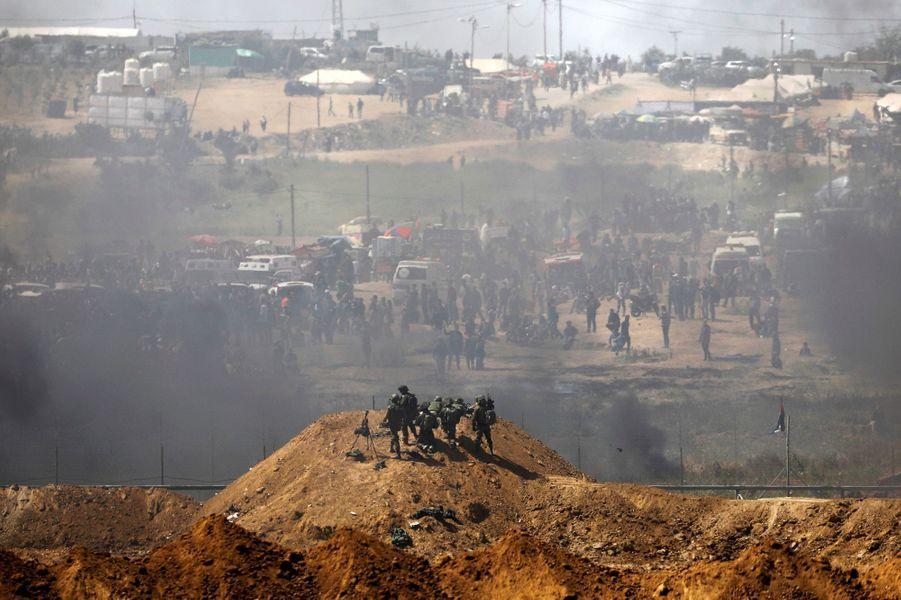 """La """"marche du retour"""" lancée le 30 mars 2018 pour rappeler à la communauté internationale la revendication du """"droit au retour des réfugiés palestiniens"""", chassés de leurs terres pendant la guerre israélo-arabe de 1948 : 6 avril 2018, de l'autre côté de la frontière, les soldats israéliens de Tsahal tirent sur les manifestants."""