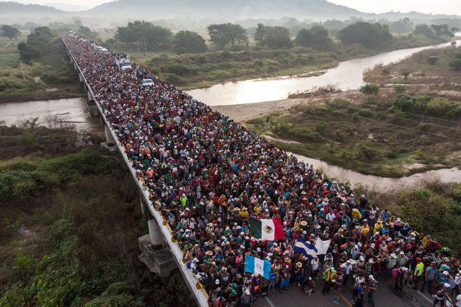 Vue aérienne de la marche des migrants honduriens près deSan Pedro Tapanatepec, au Mexique, le 27 octobre 2018.