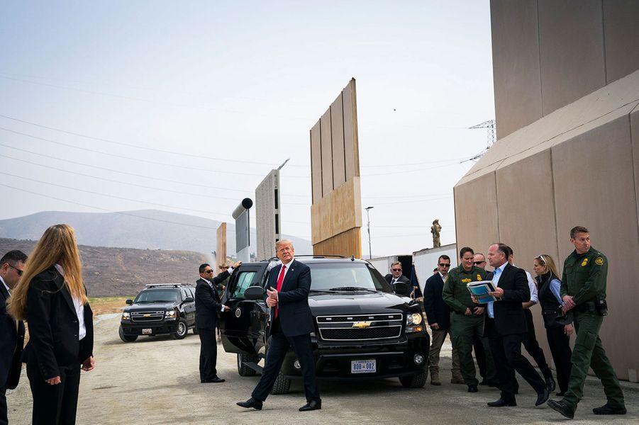 Donald Trump observe le mur entre les Etats-Unis et le Mexique.