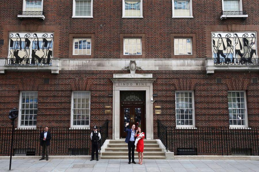 La duchesse de Cambridge et le Prince William quittent St Mary's Hospital avec leur nouvel enfant, Louis, le 23 avril 2018.
