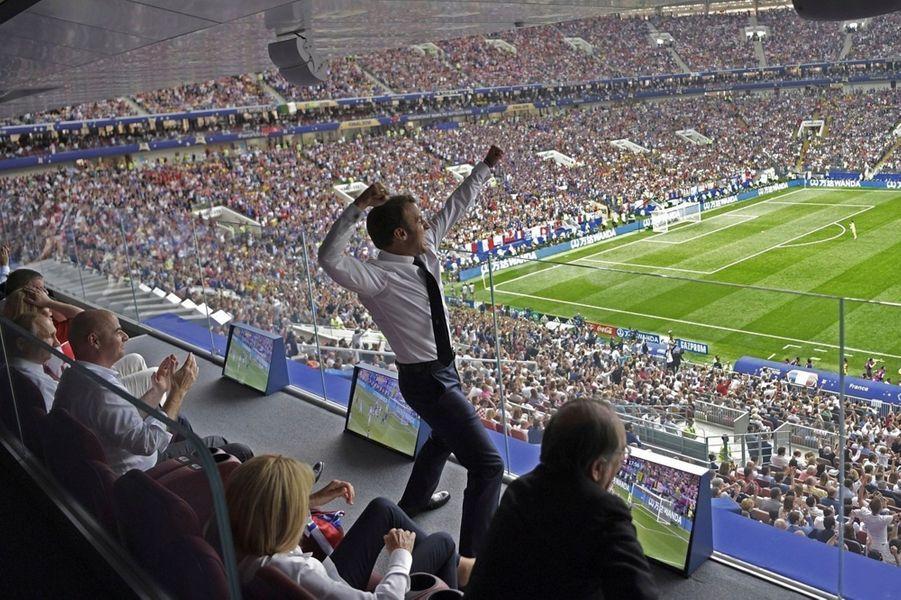 La France remporte la Coupe du Monde de football 2018 en battant la Croatie 4 buts à 2 lors de la finale. Ici, à la 18e minute, le premier but de la France est fêté -sans protocole- par le président Emmanuel Macron, qui a bondi de son siège à la tribune présidentielle, où il est assis entre Gianni Infantino, le président de la FIFA, et son épouse Brigitte Macron. Sur un tir indirect d'Antoine Griezmann à l'occasion d'un coup franc, le ballon a été dévié de la tête par l'attaquant croate Mario Mandzukic, qui marque contre son propre camp.
