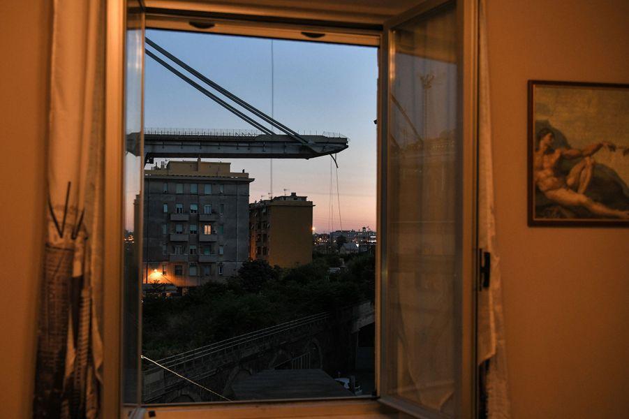Vue sur le pont Morandi en partie détruit à Gênes. Quatorze personnes sont mortes le 14 août 2018 dans l'effondrement de l'ouvrage.