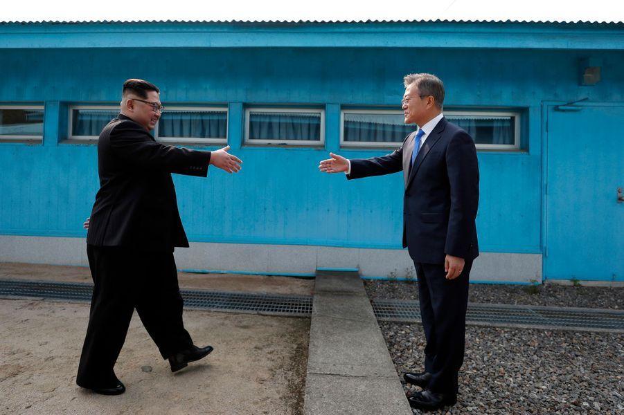 Le leader nord-coréen Kim Jong Un et le président sud-coréen Moon Jae-in lors d'une poignée de main historique le 27 avril 2018 à Panmunjom.