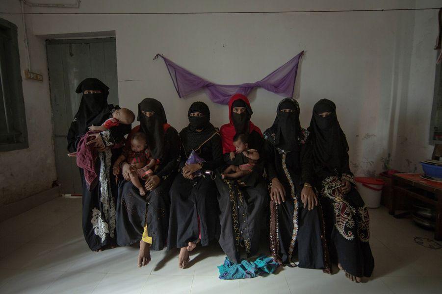 Les Rohingyas, groupe ethnique de religion musulmane vivant principalement dans le nord de l'État d'Arakan, dans le sud-ouest de la Birmanie, persécutés et massacrés par l'armée Birmane et les milices bouddhistes.. Depuis 2017, fuyant le Myanmar, ils se sont réfugiés par milliers au Bangladesh voisin. L'ONU estime que près de la moitié des femmes Rohingyas qui ont trouvé refuge au Bangladesh ont été victimes de viols commis par l'armée Birmane. Photographiées dans un hôpital géré par l'ONG Hope à Kutupalong , ces femmes entre 15 et 20 ans ont été violées par des soldats Birmans. Celles qui n'ont pas d'enfants dans les bras étaient mineurs au moment des faits et ont avorté. Les autres ont gardé leur enfant en prétendant qu'ils étaient de leur mari. Mais souvent la peau pale et les yeux bridés trahissent les origines.
