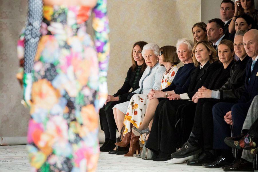La reine Elizabeth, la Chief Executive of the British Fashion Council Caroline Rush et Anna Wintour observent le mannequin Adwoa Aboah lors du Richard Quinn show de la Fashion Week de Londres le 20 février 2018.