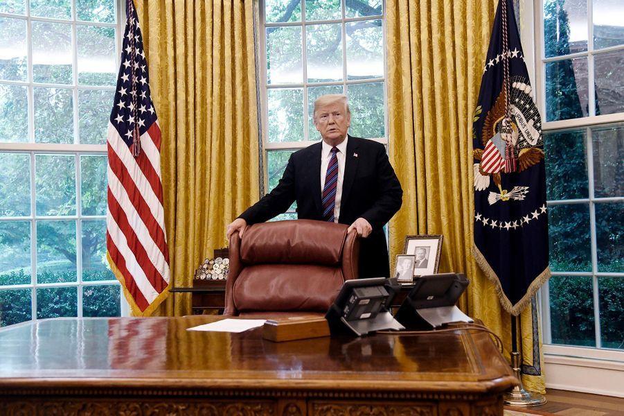 Donald Trump dans le Bureau ovale peu avant d'appeler le président mexicain Enrique Peña Nieto pour annoncer l'accord commercial signé avec le pays, le 27 août 2018.