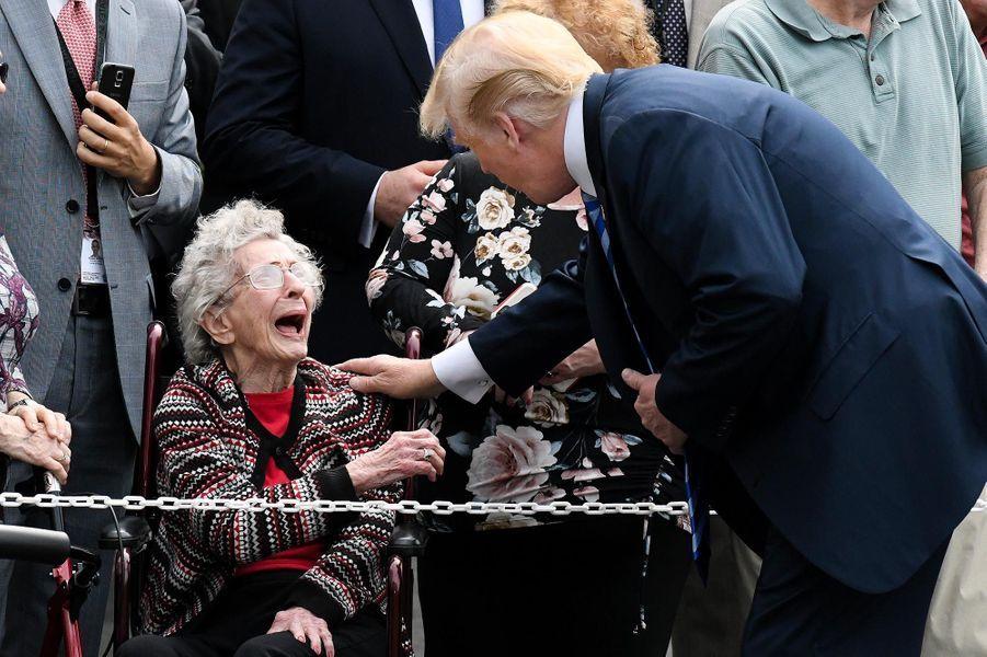 Donald Trump salue une invitée avant de quitter la Maison-Blanche à bord de Marine One, l'hélictoptère présidentiel, le 4 mai 2018.