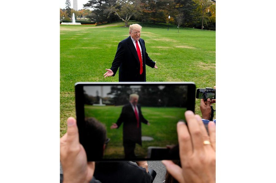 Donald Trump répond aux questions des journalistes avant de quitter la Maison-Blanche, le 2 novembre 2018.