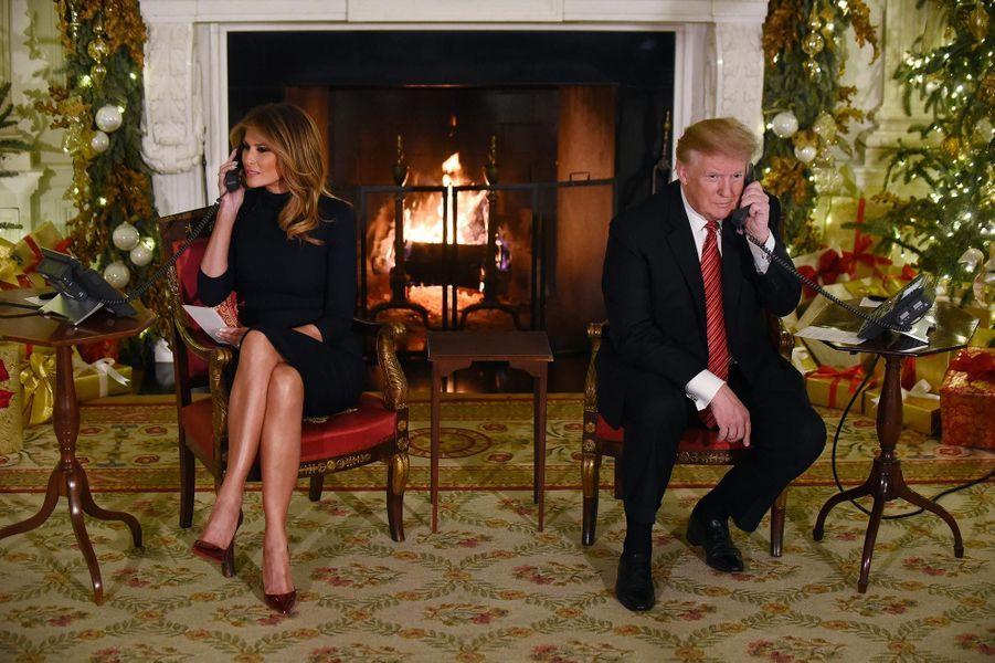 Melania et Donald Trump à la Maison-Blanche au téléphone avec des enfants qui suivaient le parcours du Père Noël, le 24 décembre 2018.