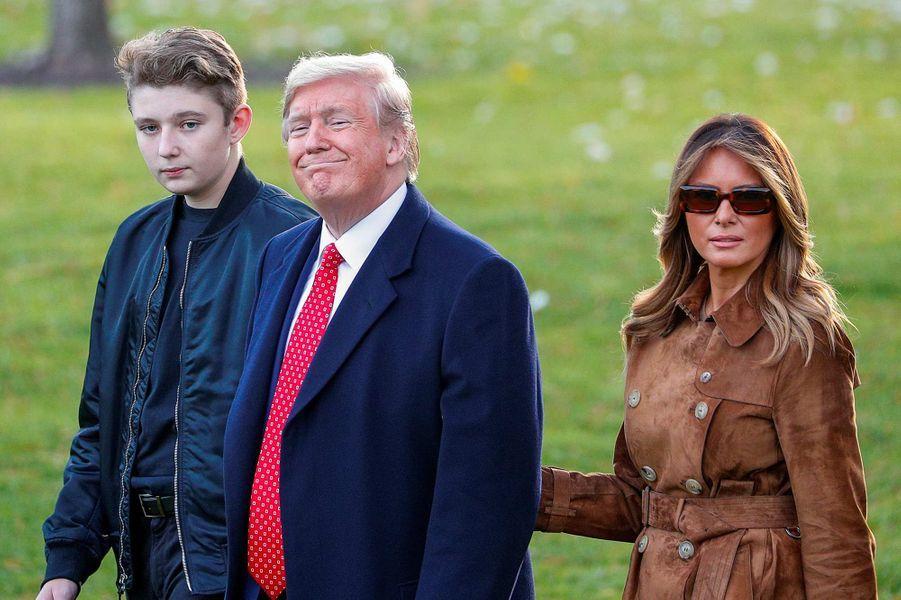 Barron, Donald et Melania Trump quittant la Maison-Blanche, le 26 novembre 2011.