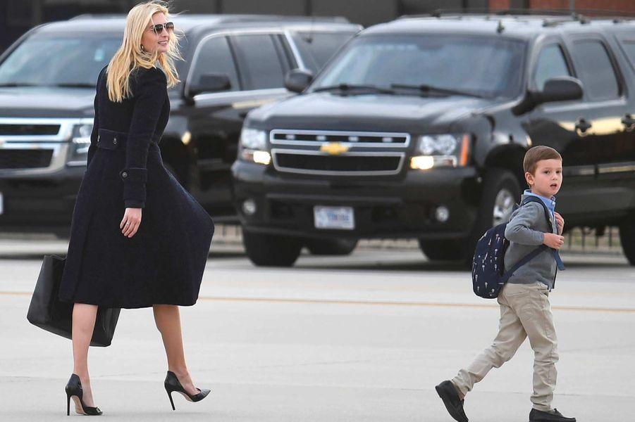 Ivanka Trump et son fils Joseph descendent d'Air Force One, le 10 mars 2019.