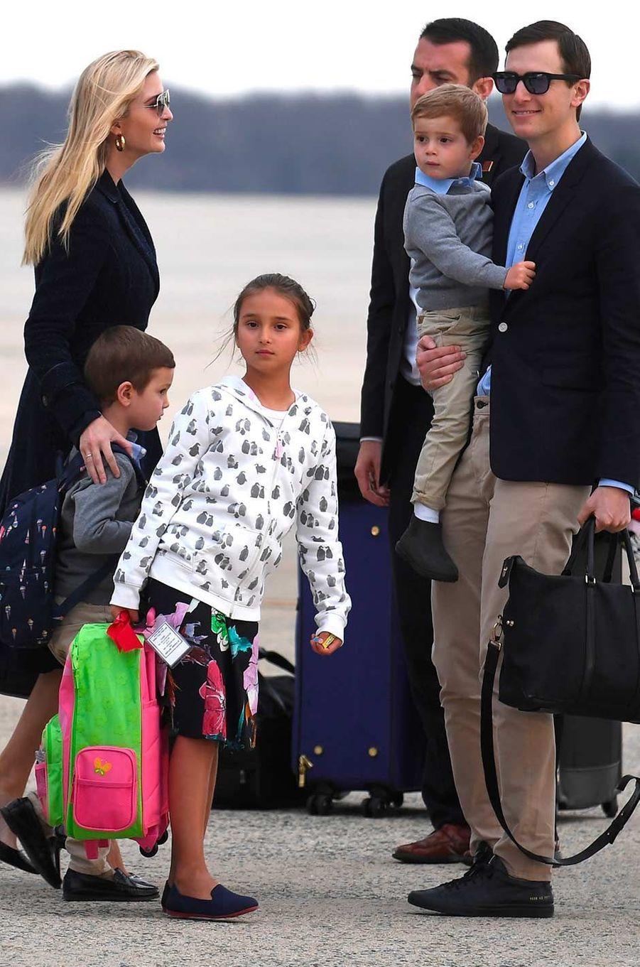 Ivanka Trump et Jared Kushner avec leurs trois enfants Arabella, Joseph et Theodore à la descente d'Air Force One, le 10 mars 2019.