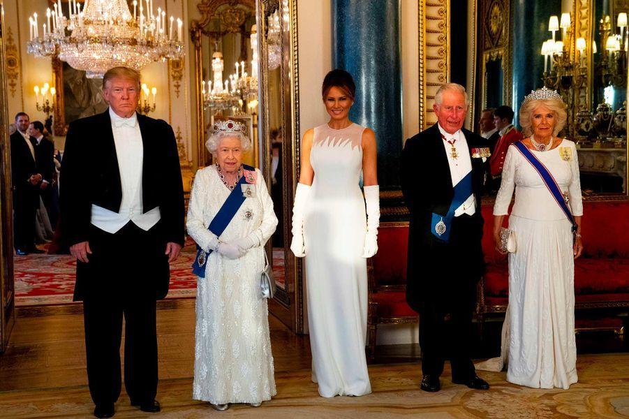 Donald Trump, la reine Elizabeth II, Melania Trump, le prince Charles et la duchesse de Cornouailles Camilla lors d'un banquet à Buckingham Palace, le 3 juin 2019.