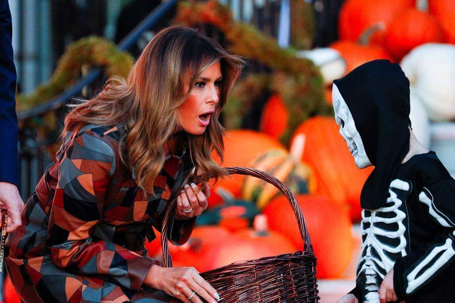 Melania Trump et un enfant venu à la Maison-Blanche pour Halloween, le 28 octobre 2019.