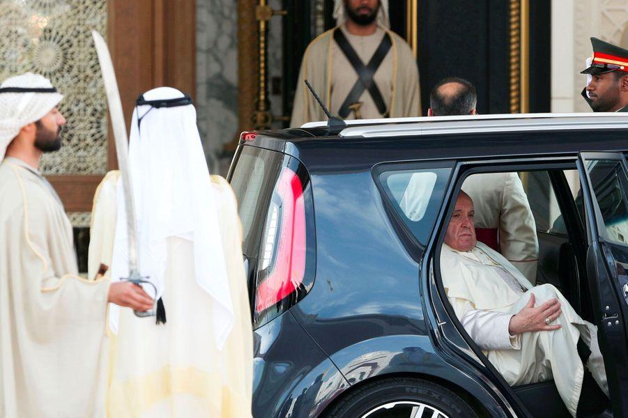Le pape François à Abou Dhabi, lundi, devant le palais présidentiel.