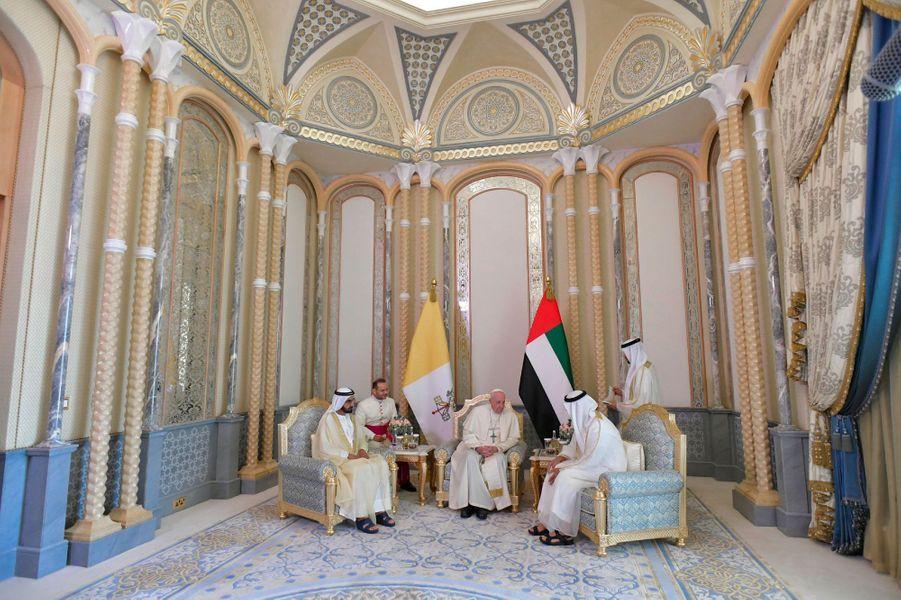 Le pape François rencontre le vice-président des Emirats arabes unis,Mohammed ben Rachid Al Maktoum, etMohammed ben Zayed Al Nahyane, prince héritier d'Abou Dhabi.