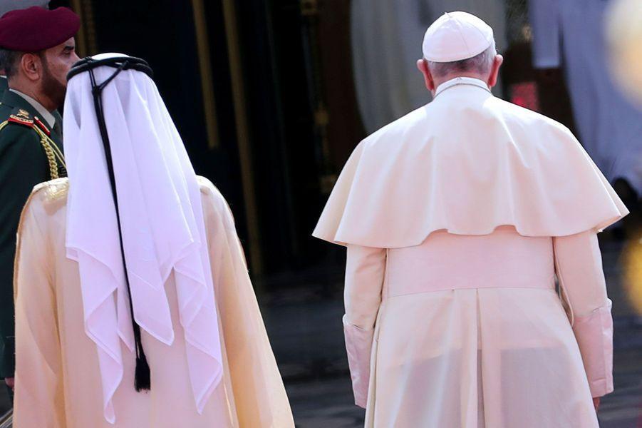 Le pape François avec le vice-président des Emirats arabes unis,Mohammed ben Rachid Al Maktoum, lundi à Abou Dhabi.